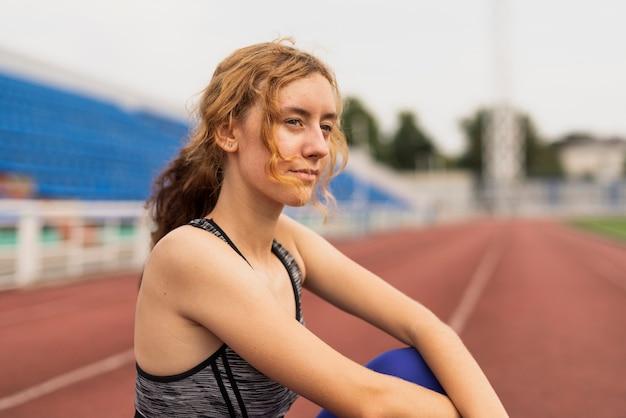 Portret piękna sportive kobieta przy stadium