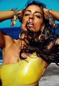 Portret piękna stylowa młoda kobieta przy plażą