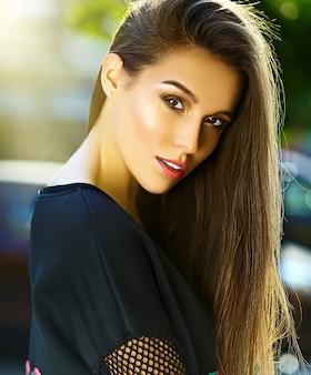 Portret piękna stylowa młoda kobieta przy ulicą