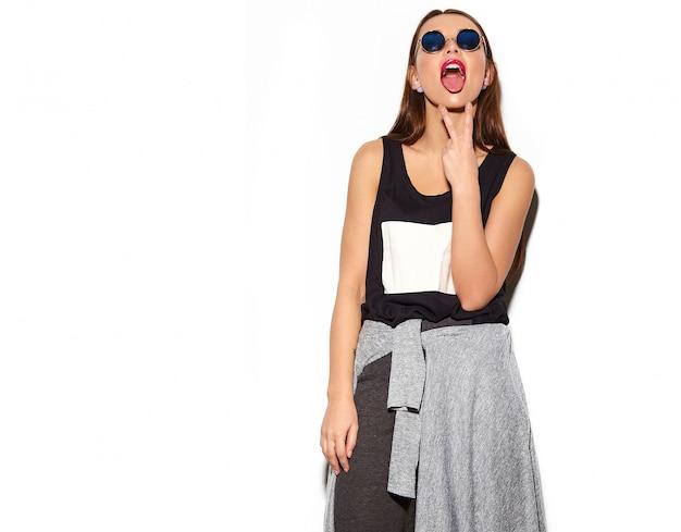 Portret piękna stylowa młoda kobieta z okularami przeciwsłonecznymi