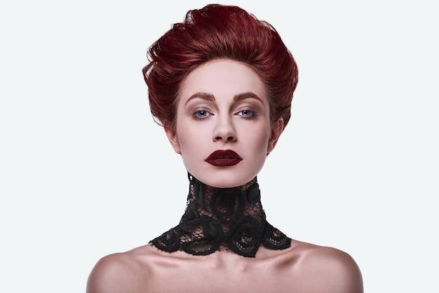 Portret piękna stylowa rudzielec kobieta