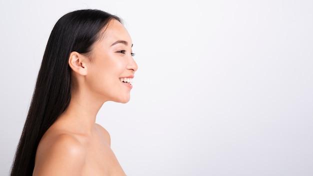 Portret piękna szczęśliwa kobieta patrzeje daleko od