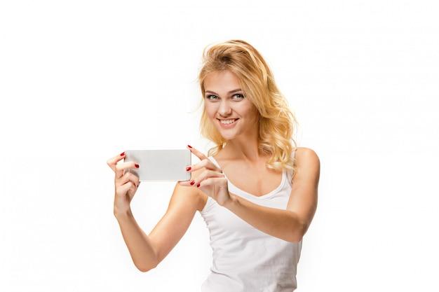 Portret piękna uśmiechnięta dziewczyna z nowożytnym l telefonem