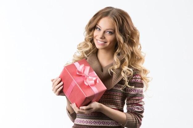 Portret piękna uśmiechnięta dziewczyna z prezentami