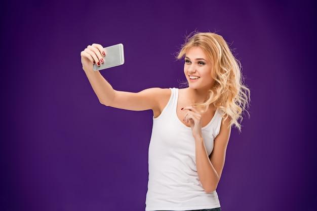 Portret piękna uśmiechnięta kobieta bierze selfie