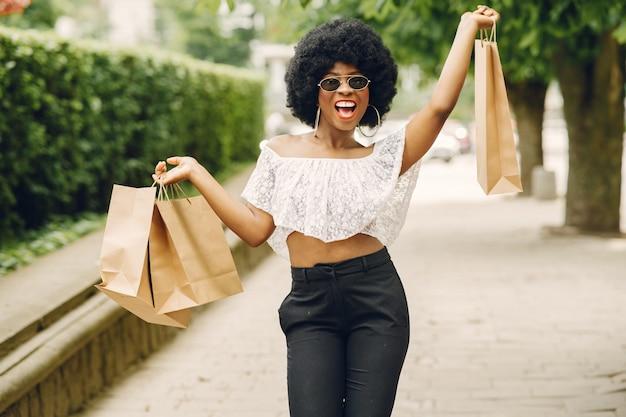 Portret piękna uśmiechnięta kobieta w mieście
