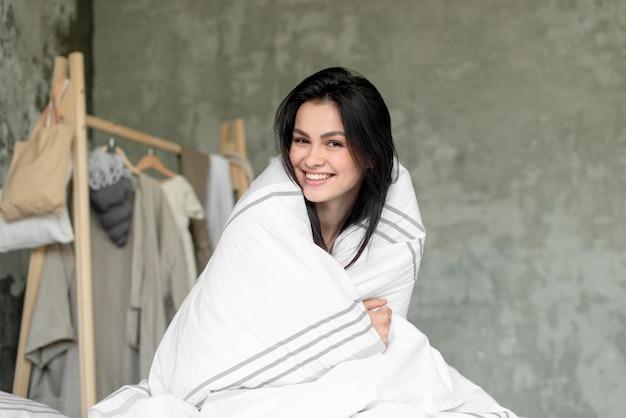 Portret piękna uśmiechnięta kobieta