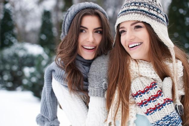 Portret piękne dziewczyny na sobie ciepłe ubrania