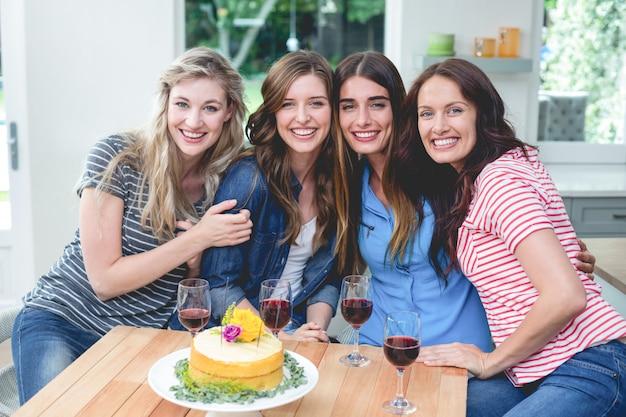 Portret piękne kobiety z urodzinowym tortem i szkłem czerwone wino