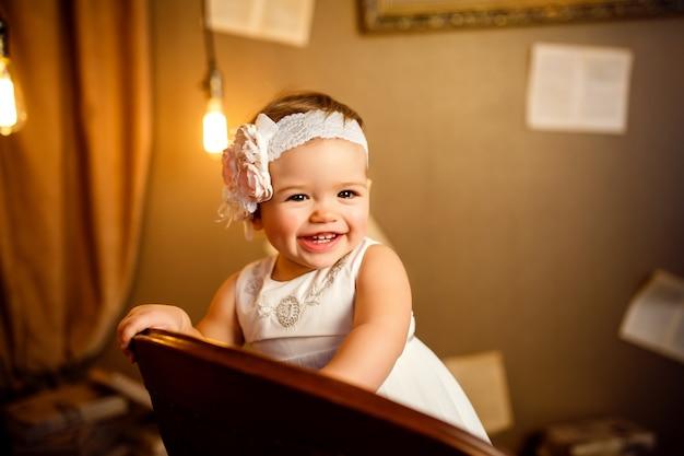 Portret piękne małe dziecko. zbliżenie