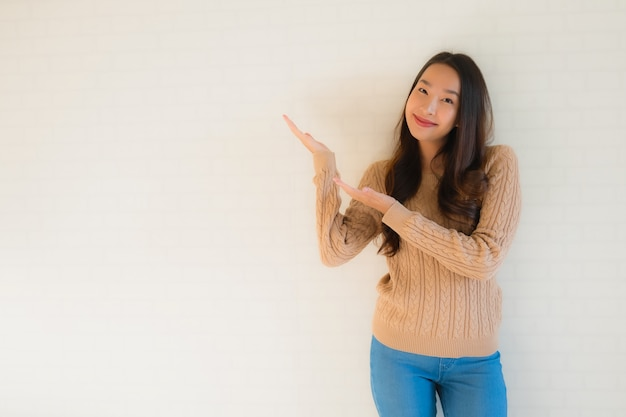 Portret piękne młode azjatykcie kobiety uśmiechają się szczęśliwego w wiele akci