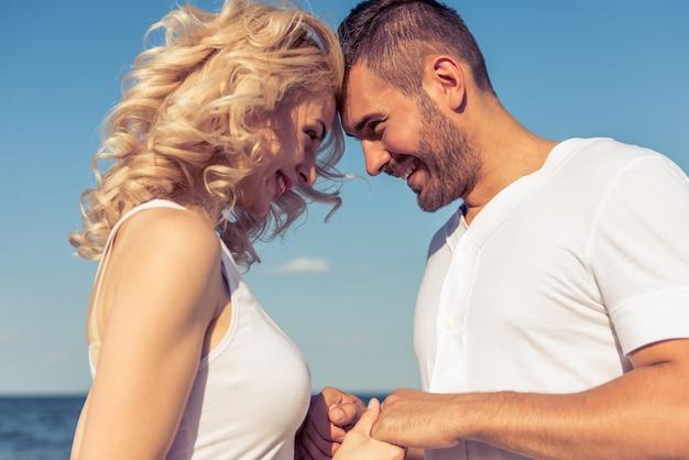 Portret piękne młode pary dotykając głowy.