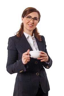Portret pięknego bizneswomanu 50 uszu starych z filiżanką kawy w biurze.