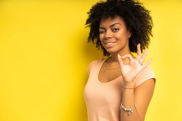 Portret pięknej african american modelki uśmiechając się.
