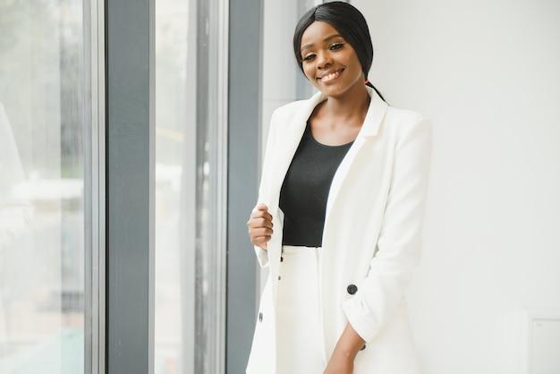 Portret pięknej afroamerykańskiej kobiety biznesu w biurze