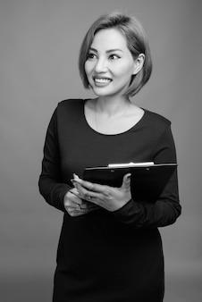 Portret pięknej azjatyckiej bizneswoman na szaro w czerni i bieli