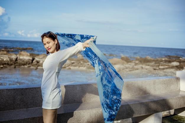 Portret pięknej azjatyckiej kobiety na plaży.