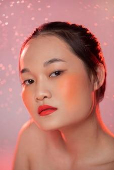 Portret pięknej azjatyckiej kobiety noszenia makijażu