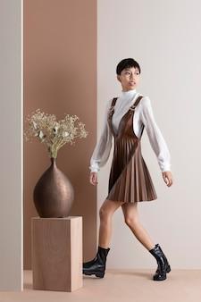 Portret pięknej azjatyckiej kobiety w jesiennych ubraniach