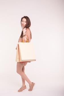 Portret pięknej azjatyckiej kobiety z torby na zakupy na plecach z miejsca na kopię.
