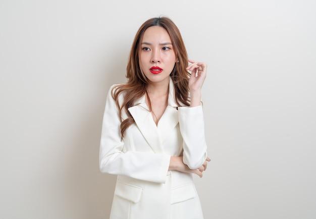 Portret pięknej azjatyckiej kobiety zły, stres, zmartwienie lub narzekanie na białym tle