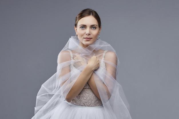 Portret pięknej baletnicy. na białym tle