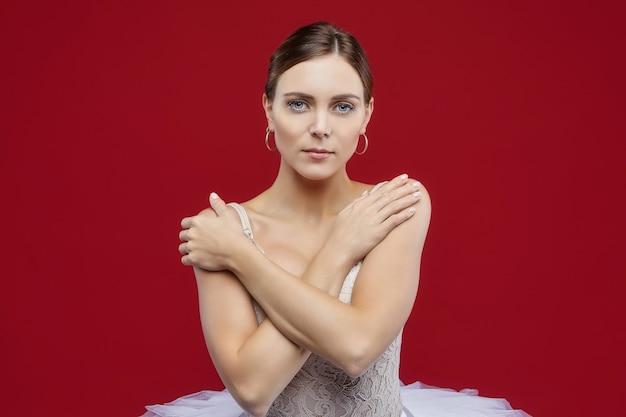 Portret pięknej baletnicy. na czerwonym tle