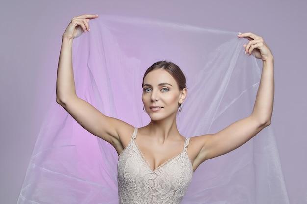 Portret pięknej baletnicy. na różowym tle