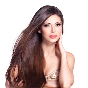 Portret pięknej białej kobiety z długimi prostymi włosami