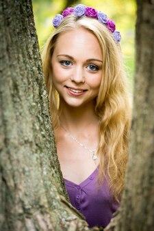 Portret pięknej blondynki dziewczyna z wieńcem na głowie. w dowolnym celu.
