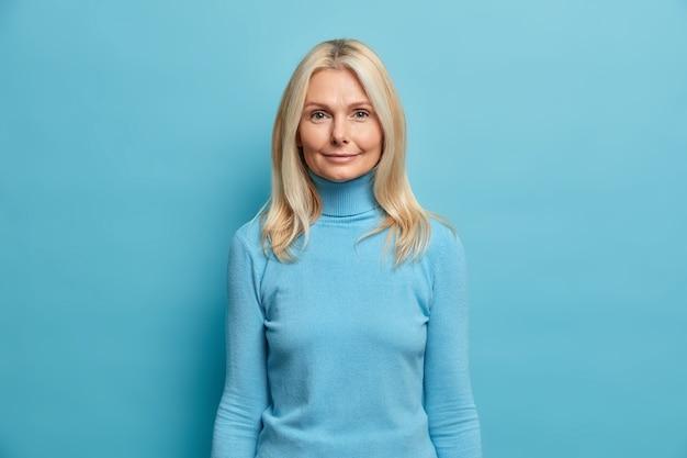 Portret pięknej blondynki w średnim wieku europejskiej kobiety patrzy bezpośrednio w kamerę