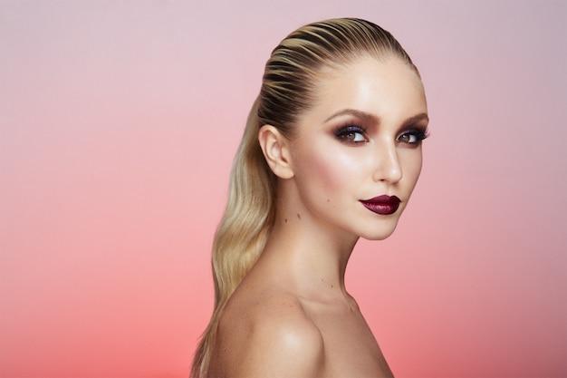 Portret pięknej blondynki z kreatywnym makijażem