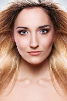 Portret pięknej blondynki