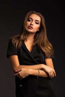 Portret pięknej brunetki na szarej ścianie na białym tle. luksusowa dziewczyna z pięknymi ustami.