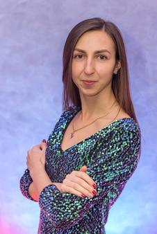 Portret pięknej brunetki w musującej sukni wieczorowej