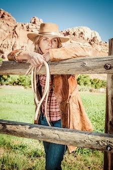Portret pięknej cowgirl z kapeluszem