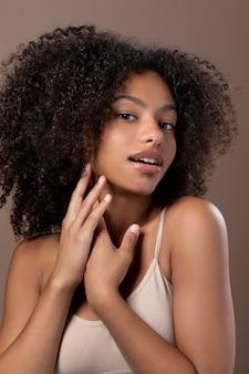 Portret pięknej czarnej kobiety uśmiechniętej