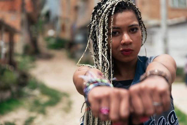 Portret pięknej czarnej kobiety w jej sąsiedztwie. koncepcja slumsów.