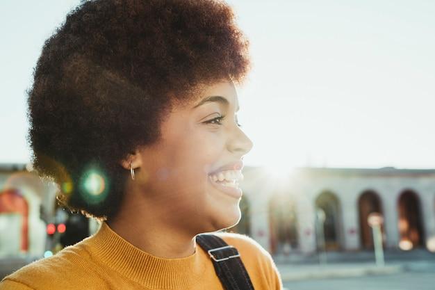 Portret pięknej czarnej kobiety w mieście na zewnątrz
