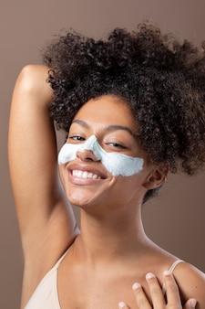 Portret pięknej czarnej kobiety z maską na twarz