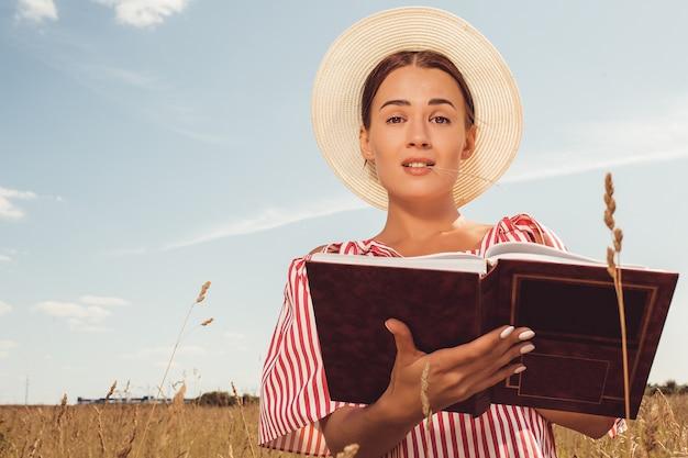 Portret pięknej damy. czyta książkę w terenie. przygotować się do wejścia na uniwersytet.