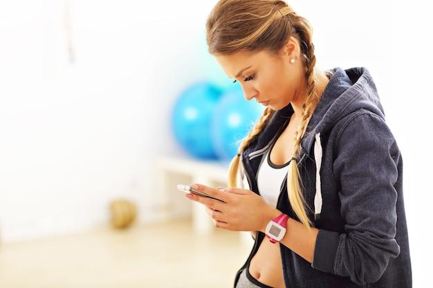 Portret pięknej dojrzałej kobiety uśmiecha się w klubie fitness