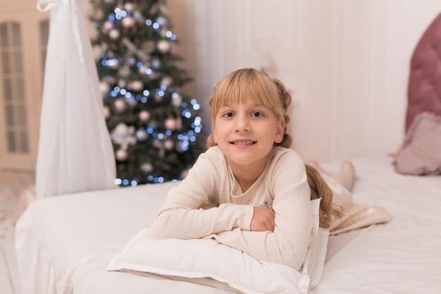 Portret pięknej dziewczynki korzystających ze świąt bożego narodzenia