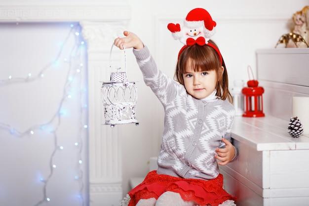 Portret pięknej dziewczynki z festival snowman ozdobna opaska świąteczna