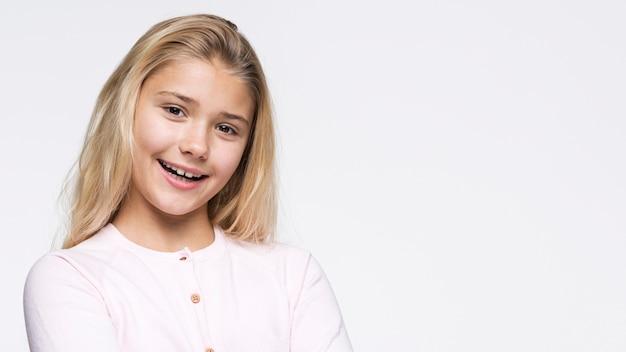 Portret pięknej dziewczyny buźkę