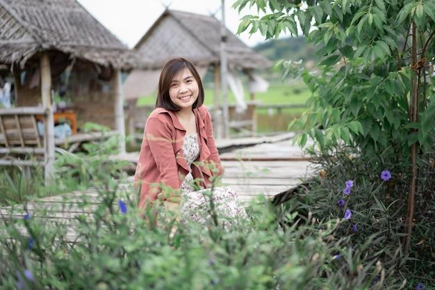 Portret pięknej dziewczyny na farmie