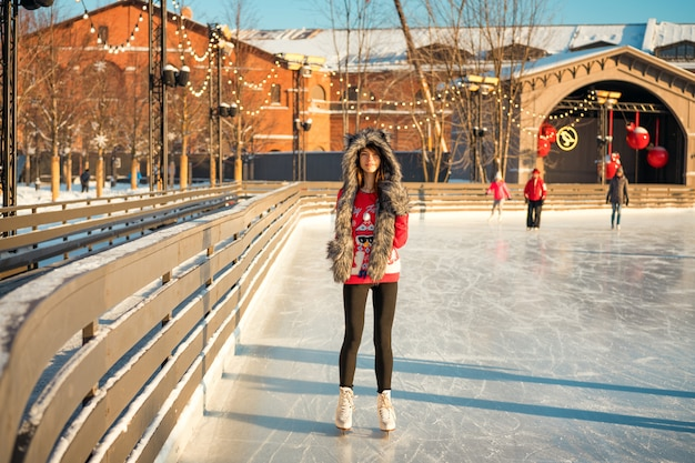 Portret pięknej dziewczyny na lodowisku w zimie