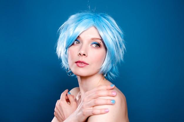 Portret pięknej dziewczyny o niebieskich włosach