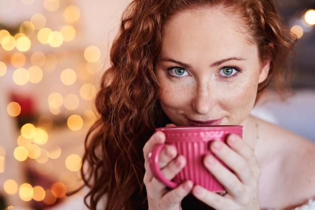 Portret pięknej dziewczyny picia herbaty lub kawy