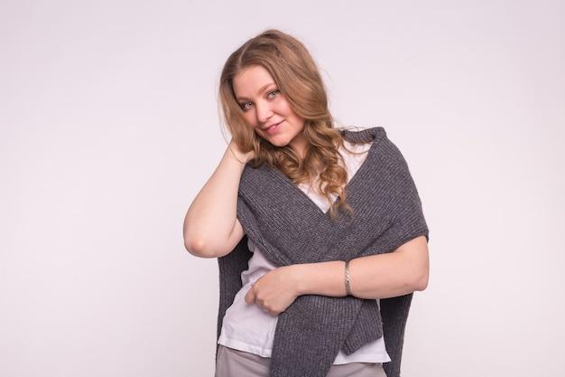 Portret pięknej dziewczyny ręką w kręcone włosy, na sobie sweter
